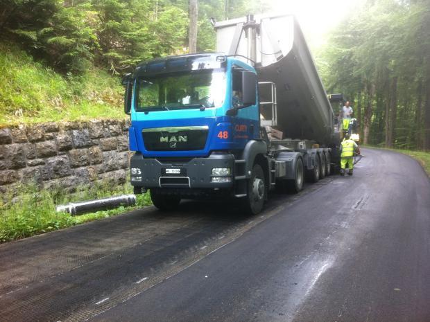Slidlaget indbygges umiddelbart efter udlægningen af asfaltforstærkningen S&P Glasphalt G