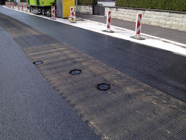 Forstærkningsnettet skæres omkring vejbrønde