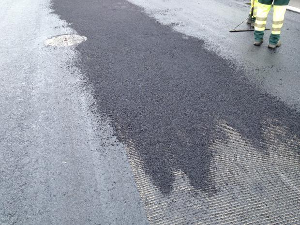 Forstærkningsnettet dækkes af asfaltblanding (kornstørrelse 4 mm)