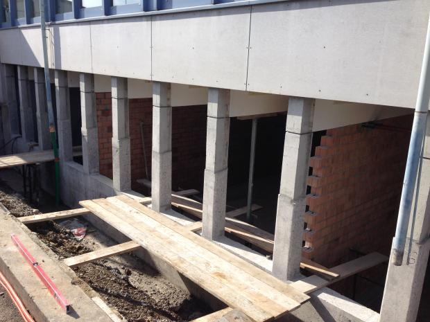 Forberedelsen af betonoverfladen / Runding eller rejfning af kanter i en radius på mindst 25mm.
