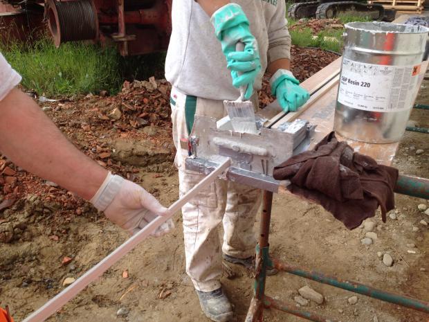 Påføring af S&P Resin 220 på de rengjorde lameller