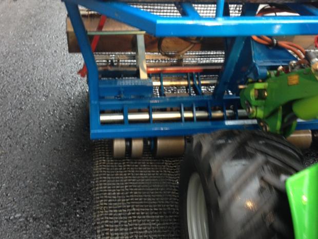 Udlægning af S&P Glasphalt G asfaltforstærkning langs fugen med udlægger (maskine)